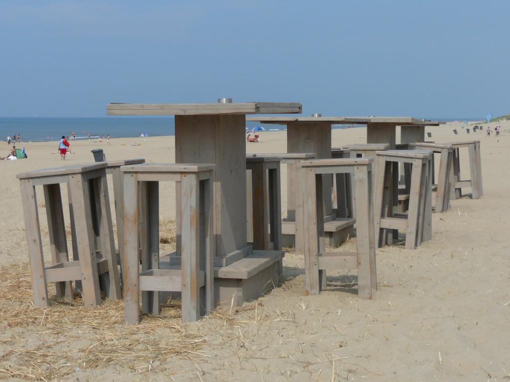statafel op strand in Texel